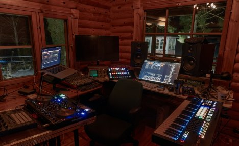 Un studio à domicile : Selon Samantha Hissong, la production DIY (Do It Yourself) de musique est en hausse, avec des artistes confinés qui se créent un studio à domicile pour continuer à créer du contenu.